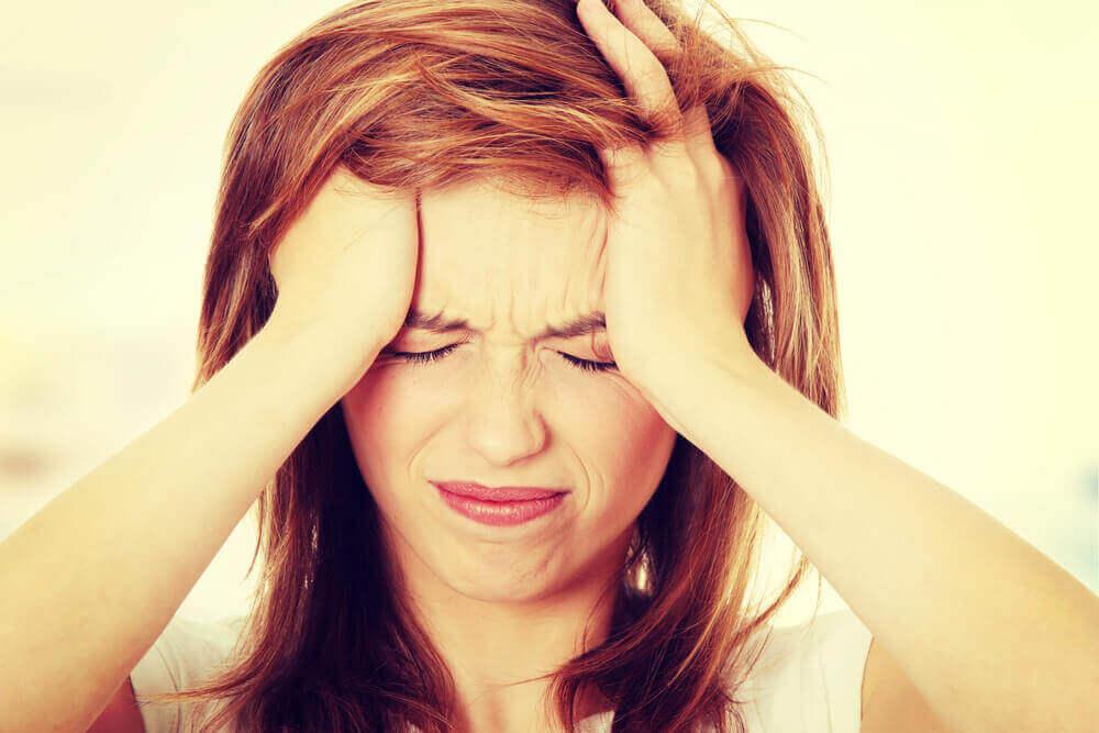 妊娠(超)初期症状の頭痛はどんな痛み?頭痛薬はNG?原因や対処法は?