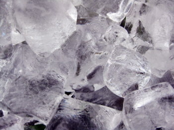 氷を舐める