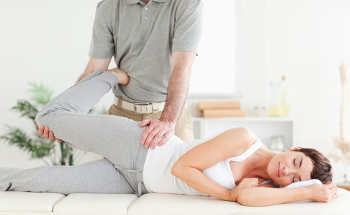 産後の骨盤矯正でプロに施術してもらう必要はある?