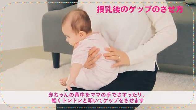 ママの膝に横向きに座らせて抱っこする