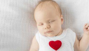赤ちゃんの頭の形が変形してる!?向き癖&頭の形を矯正する8つの方法