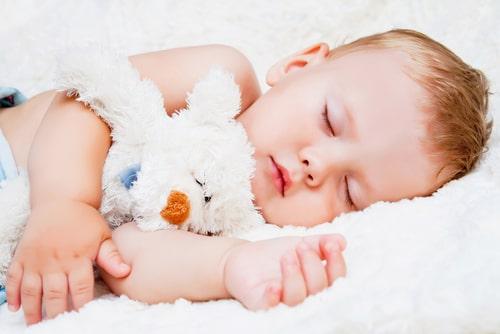 赤ちゃんが動くたびに痛みを感じて眠れない場合は体勢などを工夫してみましょう!