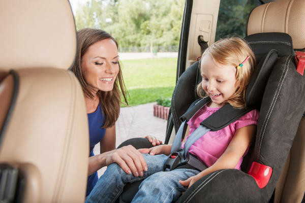 チャイルドシートの義務の年齢はいつまで?助手席に設置するのは違反になるの?