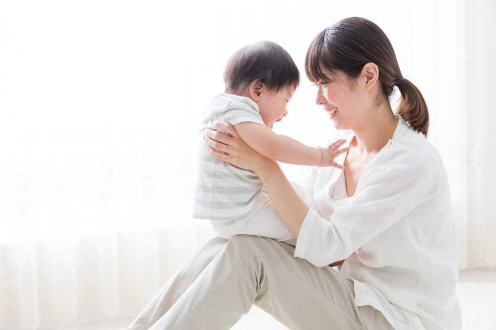 新生児の赤ちゃんの抱っこのコツや注意点!抱き癖は大丈夫?