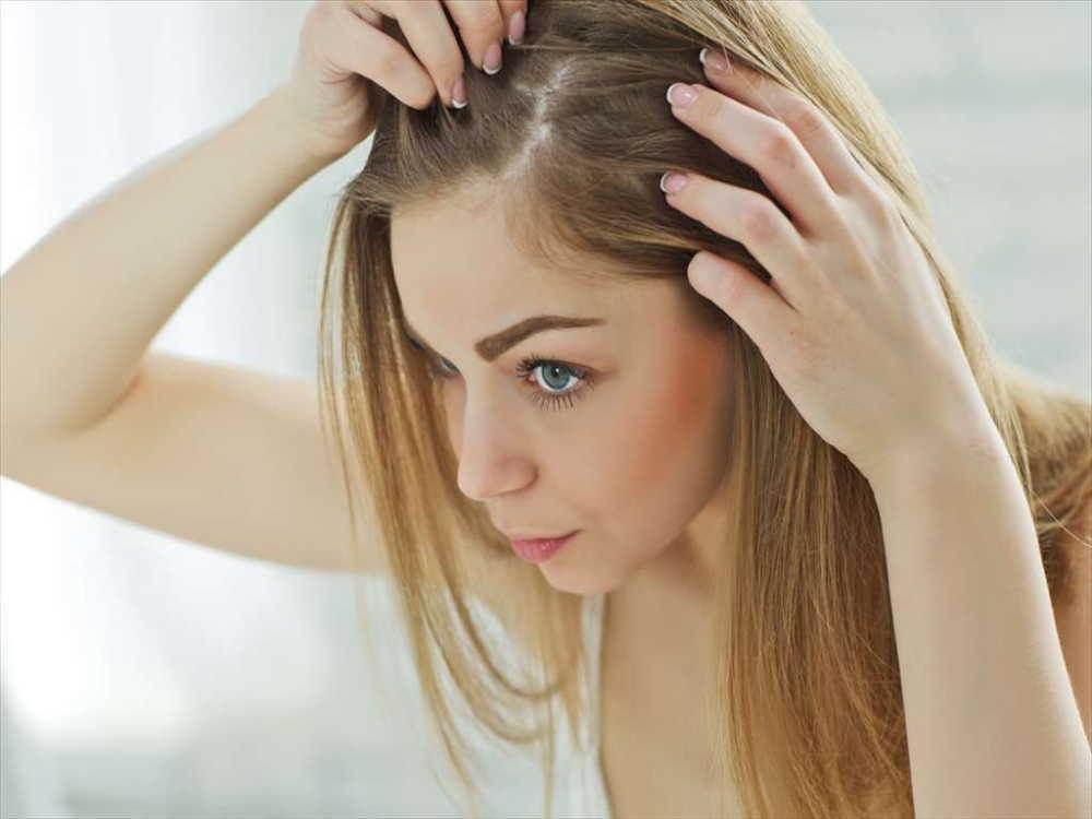 産後の抜け毛はいつまで続く?抜け毛の原因や対策、シャンプーの選び方は?